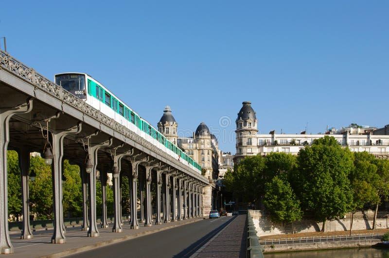 Metro en Pont de Bir-Hakeim, París, Francia imagenes de archivo