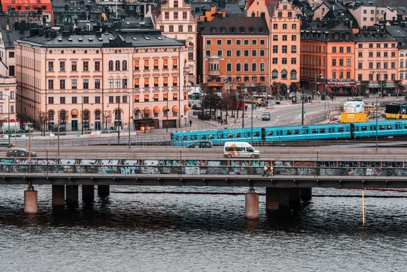 Metro i samochodowy ruch drogowy na mostach miÄ™dzy Slussen i starÄ… częściÄ… miasto zdjęcia royalty free