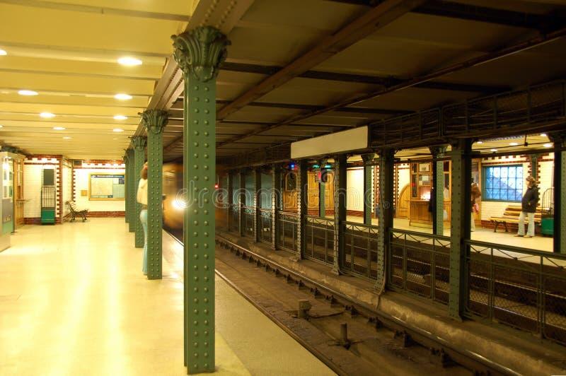 Metro komt aan stock fotografie