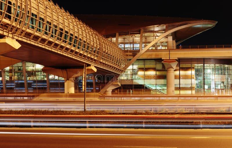 Metro metropost bij nacht in Doubai Verenigde Arabische Emiraten royalty-vrije stock fotografie