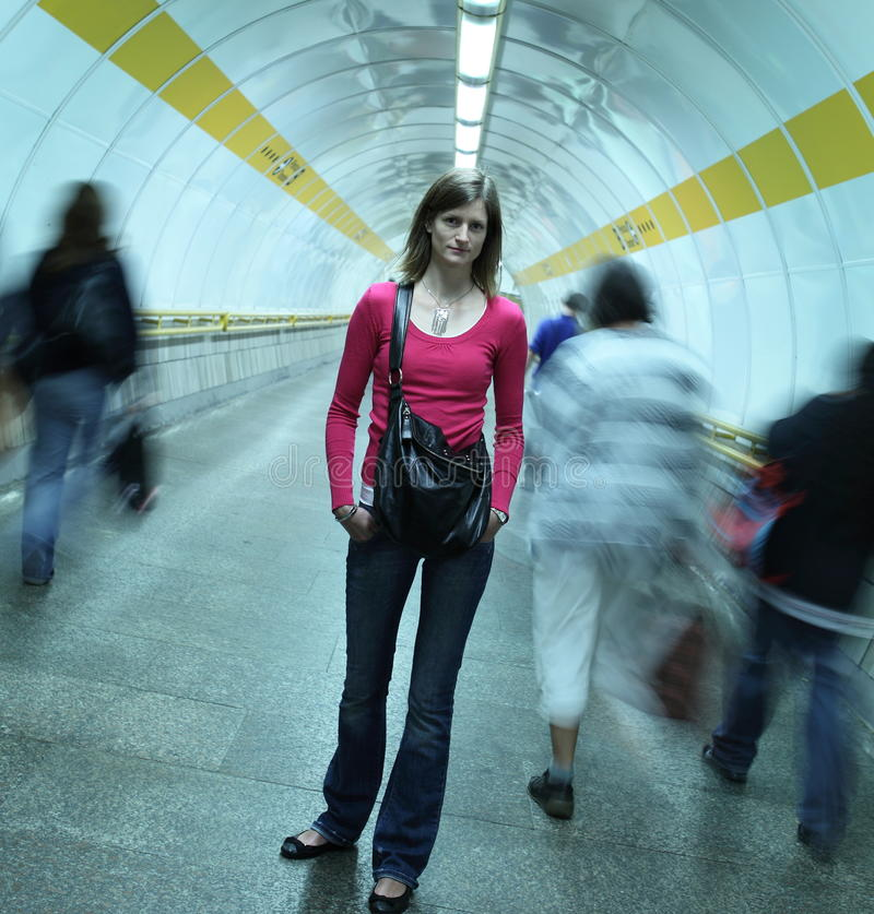 Metro - mulher nova que está em um metro fotografia de stock