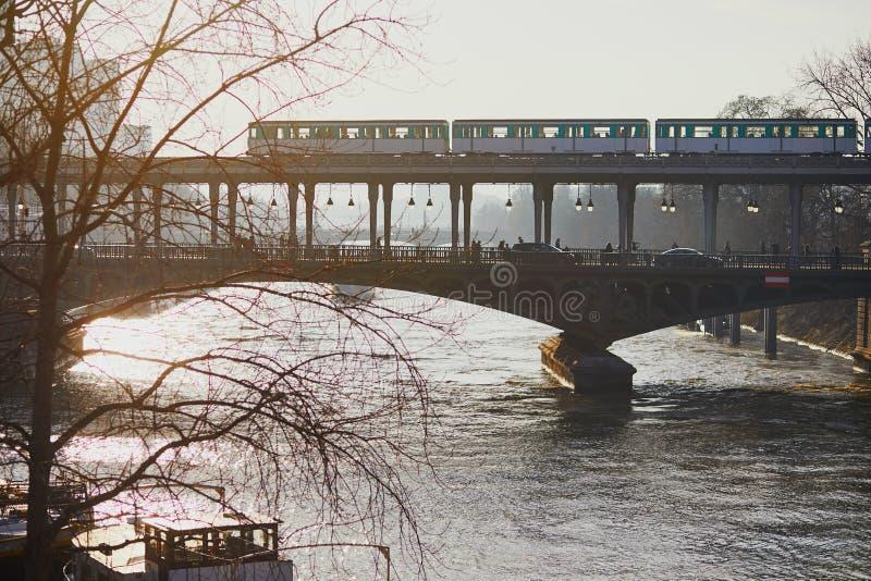 Metro na bir moscie w Paryż, Francja obraz royalty free