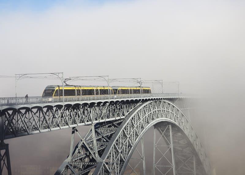 Metro pociąg na moscie Budującym Eiffel w Porto fotografia royalty free