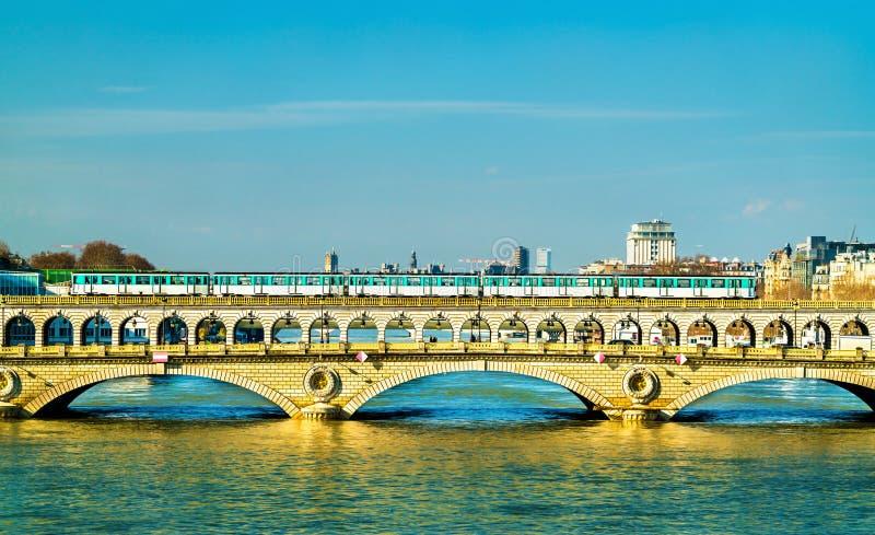 Metro pociąg na Pont De Bercy, most nad wontonem w Paryż, Francja zdjęcia stock