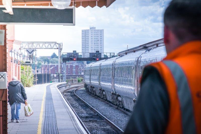 Metro pociąg opuszcza stację w słonecznym dniu zupełnie zdjęcie royalty free