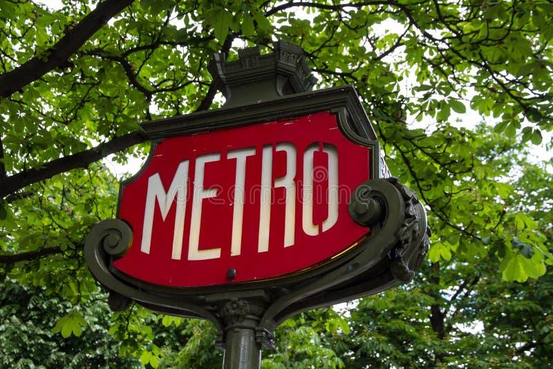 Metro podpisuje wewnątrz Paryż zdjęcia stock