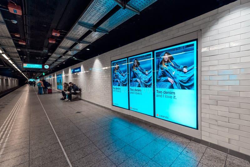 Metro post Amsterdam Weesperplein, mening op het platform stock afbeelding