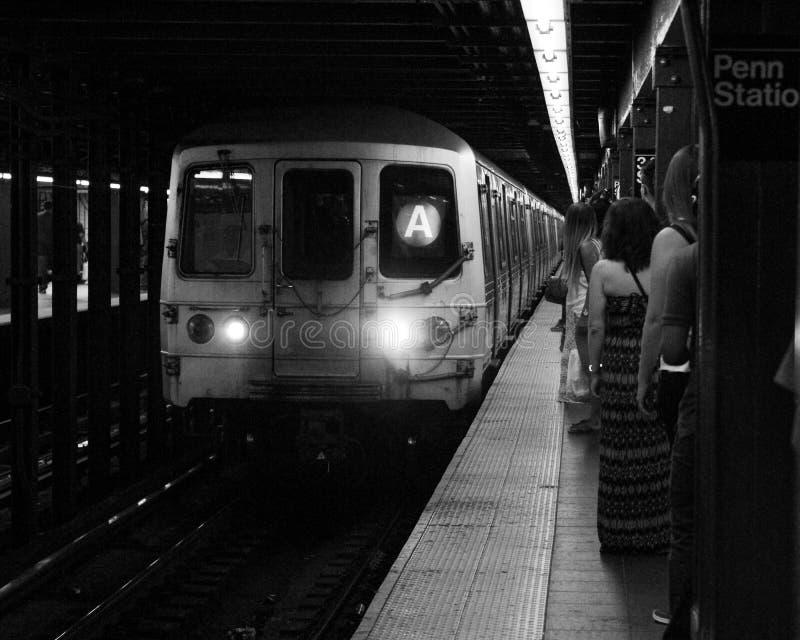 Metro przyjeżdża przy Penn stacją obrazy stock