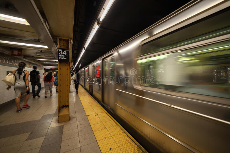 Metro przyjeżdża przy platformą w Penn staci zdjęcie stock