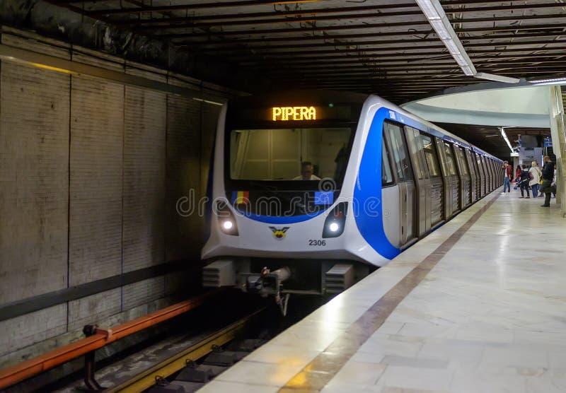 Metro przyjeżdża przy stacją 2 obrazy royalty free