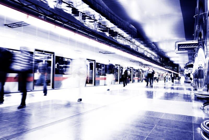 Metro que apressa-se perto fotografia de stock