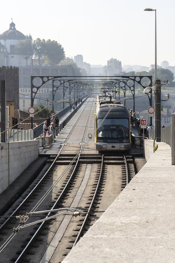 Metro que cruza Dom Luis que eu construo uma ponte sobre em Porto Portugal imagens de stock