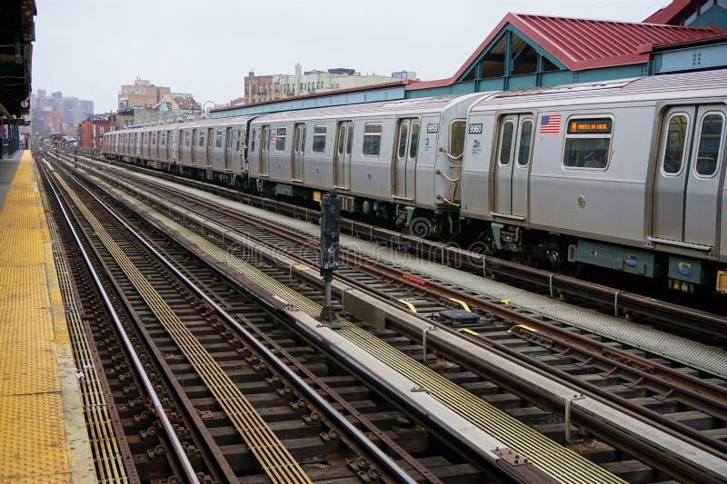 Metro que entra a estação imagem de stock royalty free