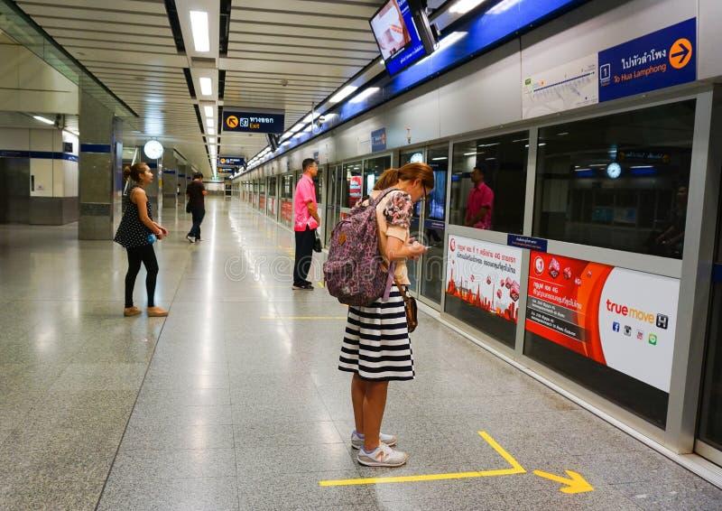 Metro que espera de la gente para imagen de archivo