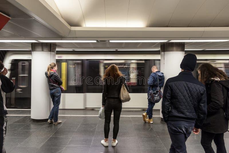 Metro que incorpora uma estação do metro de Budapest com os povos que esperam à parte dianteira na linha 2 imagem de stock