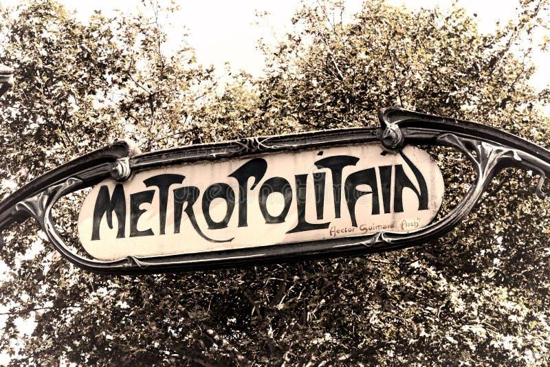 Metro-Stations-Weinlese-Zeichen Metropolitain altes Paris lizenzfreie stockbilder
