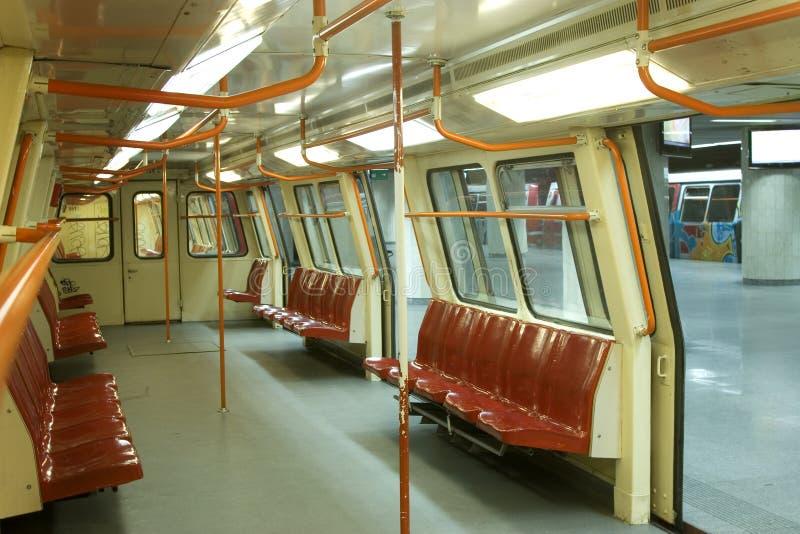 Metro subterrâneo com portas abertas fotos de stock royalty free