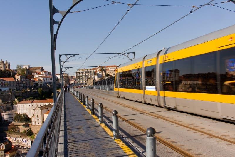 Metro trein op de brug stock afbeelding