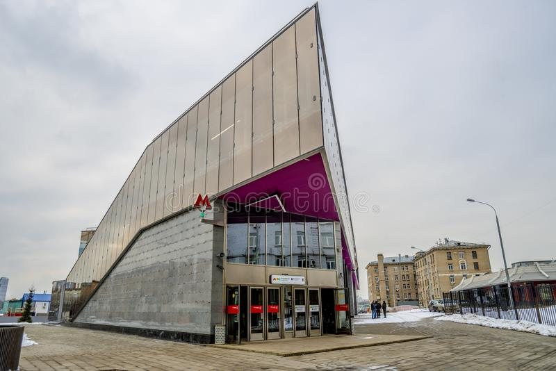 Metro-U-Bahnu-bahnhof in Moskau auf einem Hintergrund des modernen Wohnhohen gebäudes lizenzfreie stockfotos