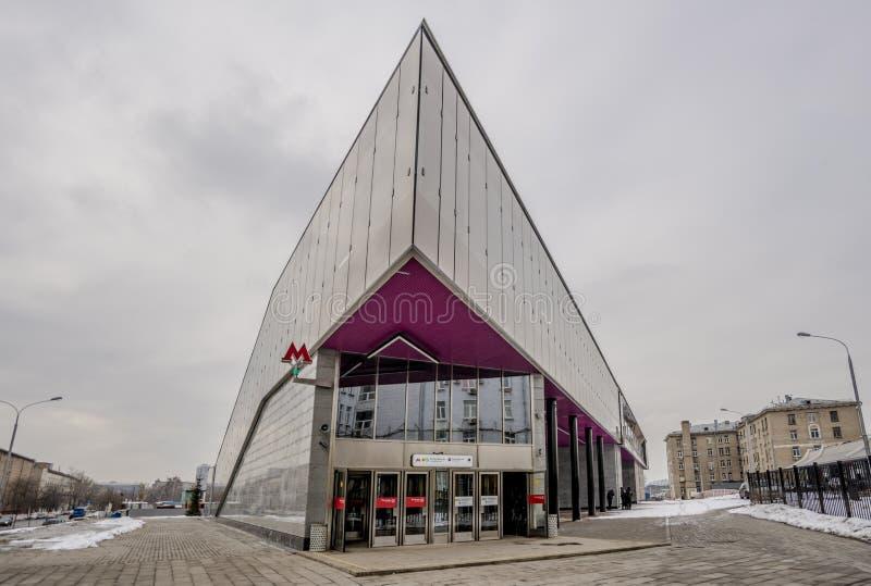 Metro-U-Bahnu-bahnhof in Moskau auf einem Hintergrund des modernen Wohnhohen gebäudes stockbild
