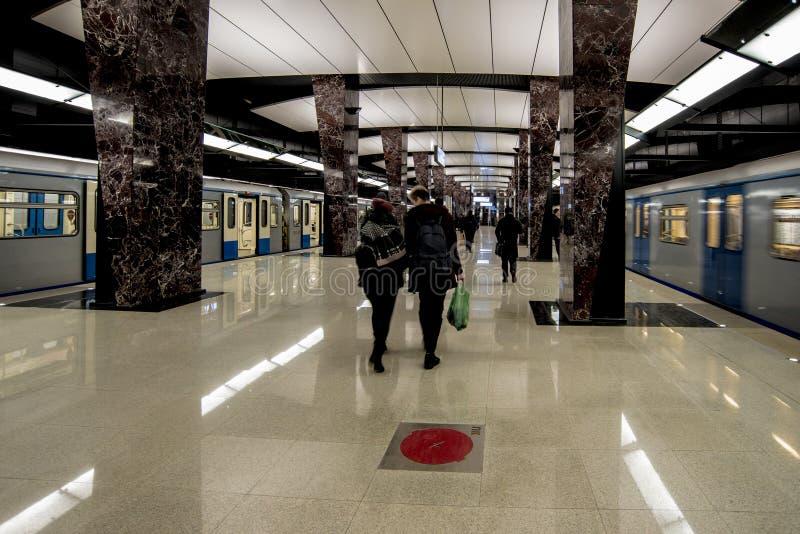 Metro-U-Bahnu-bahnhof in Moskau auf einem Hintergrund des modernen Wohnhohen gebäudes stockfotografie