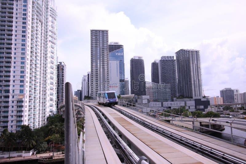 Metro-Urheber-Pendelzug in Brickell im Stadtzentrum gelegenes Miami Florida lizenzfreie stockfotos
