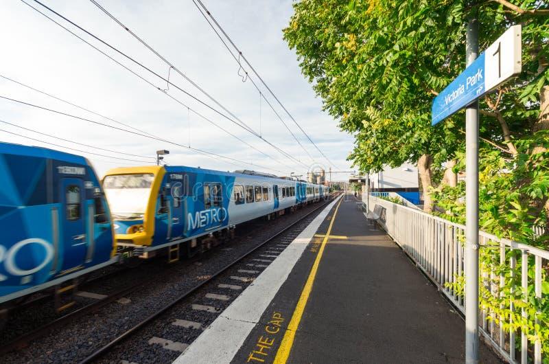 Metro van Melbourne elektrische trein bij Victoria Park-station in Abbotsford stock fotografie