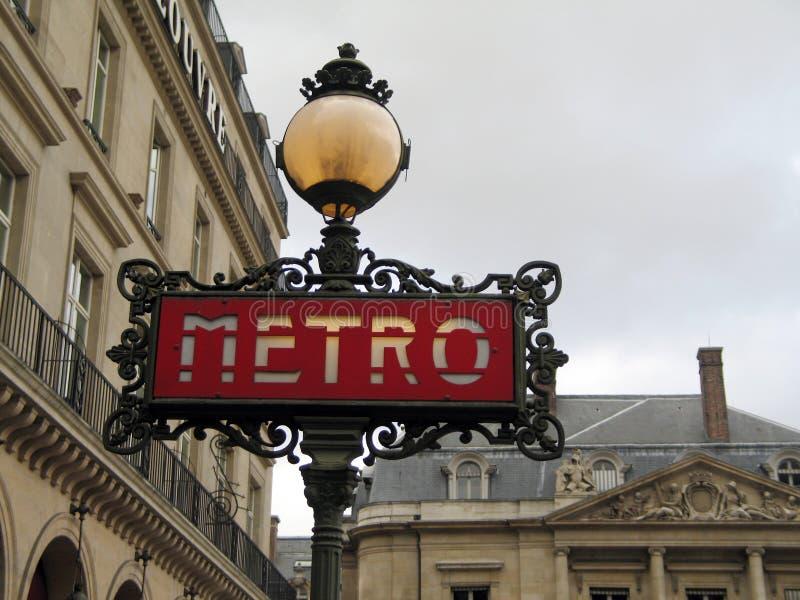Metro van Parijs teken op een grijze dag royalty-vrije stock foto's