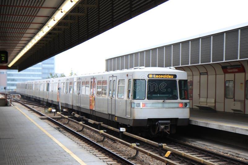Metro van Wenen vertrekt post stock afbeeldingen