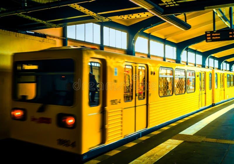 Metroauto's die langs de post reizen stock afbeeldingen
