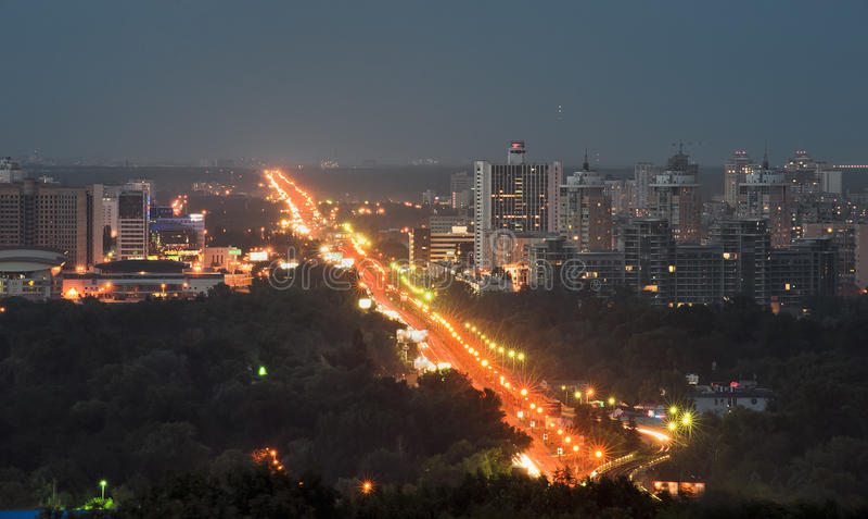 Metrobrücke nachts in Kiew, Ukraine lizenzfreie stockfotos