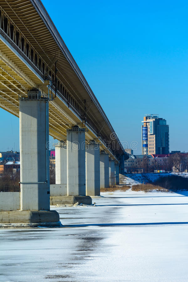 Metrobridge sob o rio de Oka (Nizhny Novgorod) imagem de stock royalty free