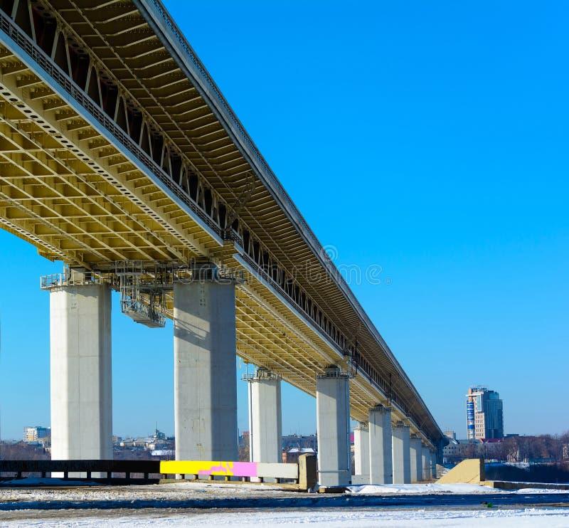 Metrobridge sob o rio de Oka (Nizhny Novgorod) imagens de stock royalty free