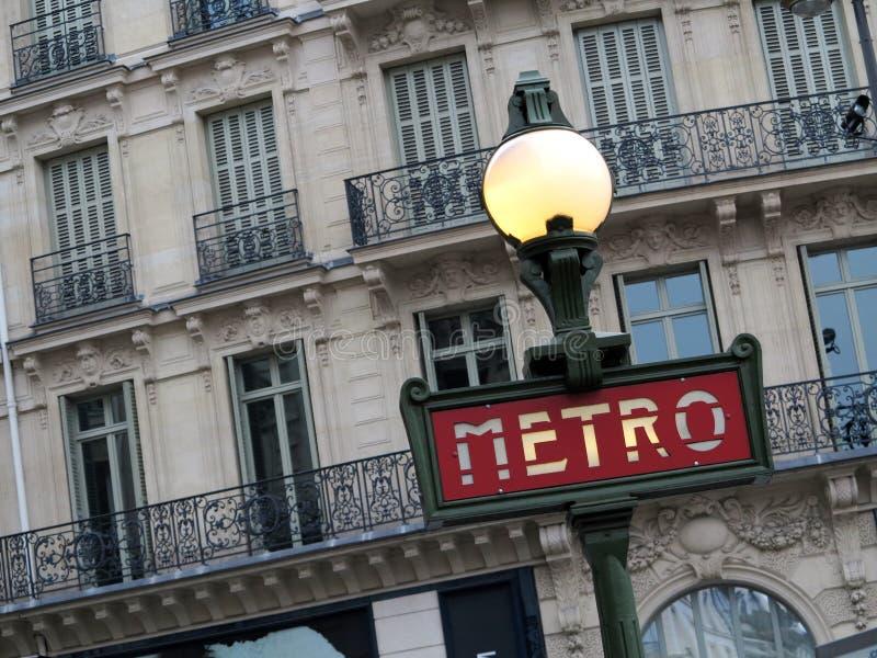 Metroen undertecknar i Paris royaltyfria foton