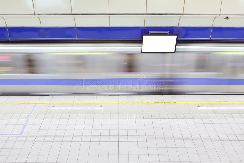 Metrojärnvägen posterar med vinkar drevet fotografering för bildbyråer