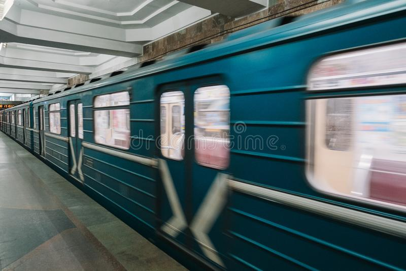 Metrolastwagen in der Bewegung auf hoher Geschwindigkeit, Charkiw, Ukraine lizenzfreie stockfotografie