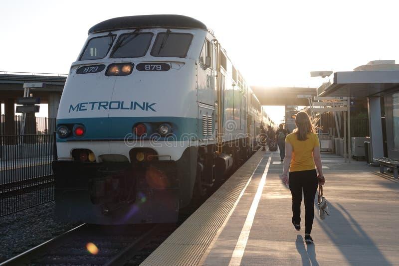 Metrolink drevmotor på stationsplattformen i Anaheim, Kalifornien royaltyfri bild