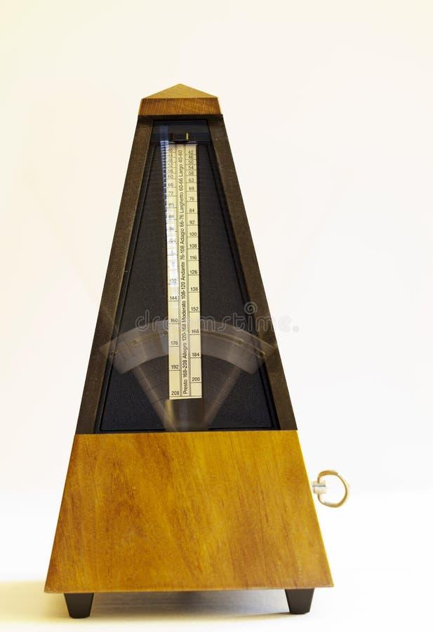 Drewniany Machinalny metronom z zamazanym ręki chodzeniem obraz royalty free