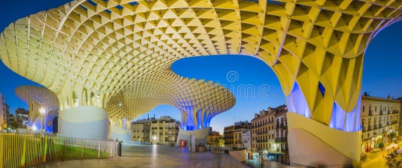 Metropol slags solskydd i Plaza de la Encarnacion - nattsikt royaltyfri bild