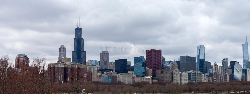 Metropoli di Chicago contro lo sfondo del cielo nuvoloso di autunno al giorno U.S.A. immagine stock libera da diritti