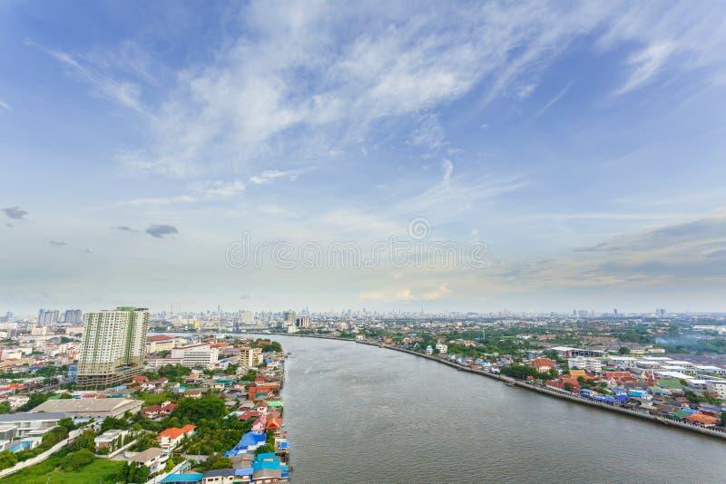 Metropolishimmel och flod i Bangkok royaltyfri fotografi