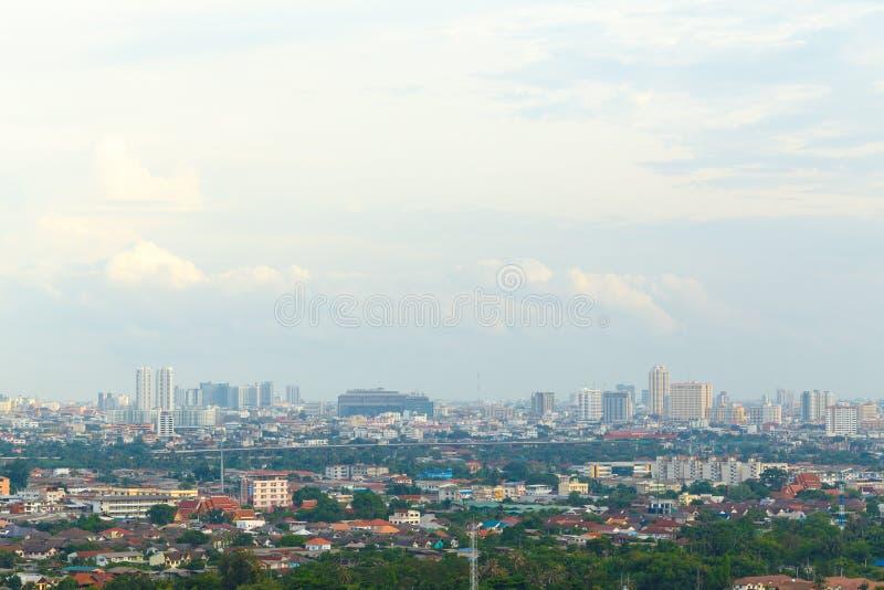 Metropolishimmel och flod i Bangkok fotografering för bildbyråer