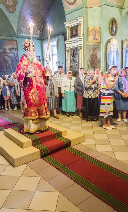 Metropolita świętował boską liturgię w rosyjskim kościół prawosławnym zdjęcia stock