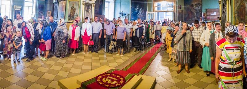 Metropolita świętował boską liturgię w rosyjskim kościół prawosławnym fotografia royalty free
