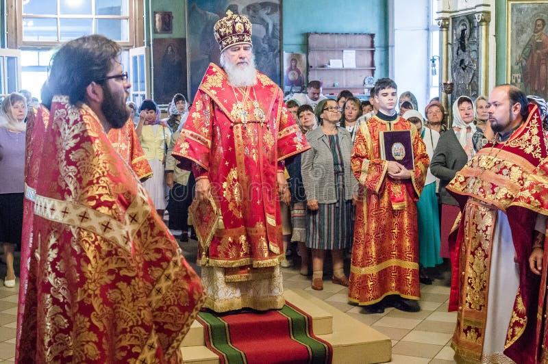 Metropolita świętował boską liturgię w rosyjskim kościół prawosławnym zdjęcia royalty free