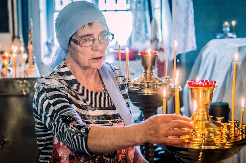 Metropolita świętował boską liturgię w rosyjskim kościół prawosławnym zdjęcie stock