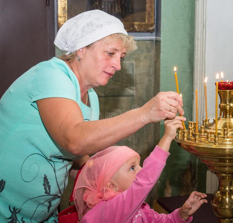 Metropolita świętował boską liturgię w rosyjskim kościół prawosławnym zdjęcie royalty free