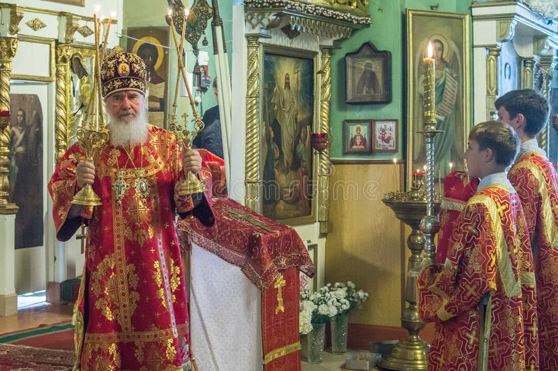 Metropolita świętował boską liturgię w rosyjskim kościół prawosławnym obrazy royalty free