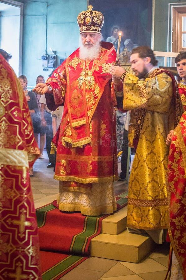 Metropolita świętował boską liturgię w rosyjskim kościół prawosławnym obrazy stock