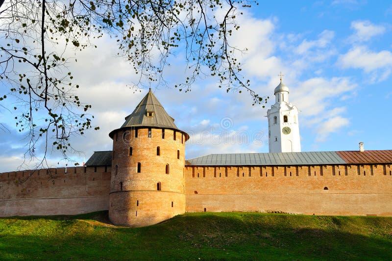 Metropolita basztowy i Zegarowy wierza w Novgorod Kremlin przy kolorowym jesień zmierzchem w Veliky Novgorod, Rosja fotografia royalty free